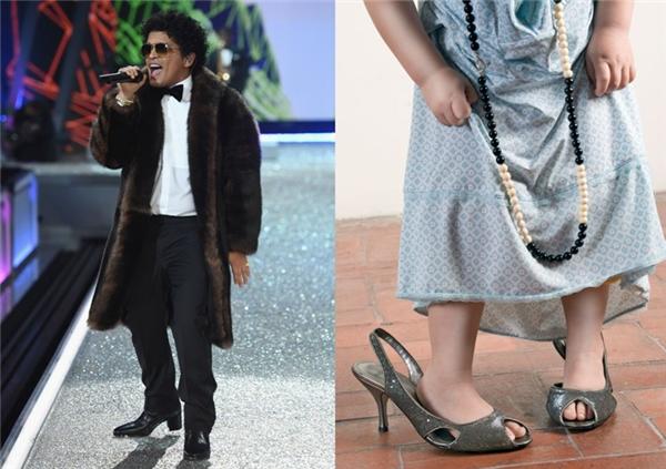 Bruno Mars lén mượn chiếc áo choàng lông của các em siêu mẫu chân dài rồi tròng lên người mà không để ý rằng anh đang tự biến mình thành một chú lùn bên trong tấm áo như muốn nuốt chửng thân người đó.