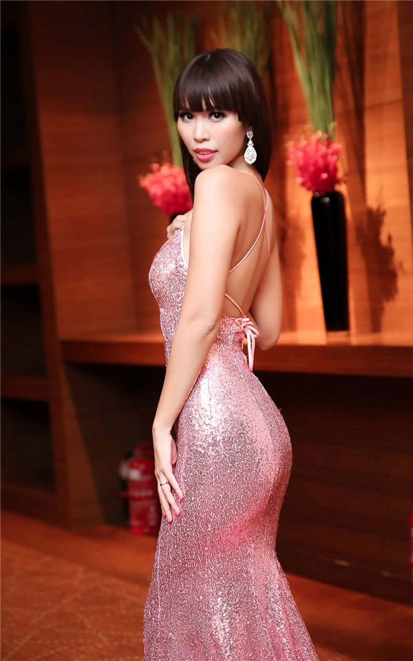 Thiết kế với chất liệu ánh kim bắt sáng mạnh giúp nữ siêu mẫu gây ấn tượng mạnh ngay từ ánh nhìn đầu tiên. Sắc hồng ngọt ngào giúp cô trông càng trẻ trung, cuốn hút.