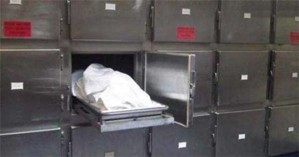 Các bảo vệ của nhà xác vô cùng hoảng sợ khinghe thấy giọng nói cùng tiếng khóc kì lạ phát ra từ phòng chứa xác.