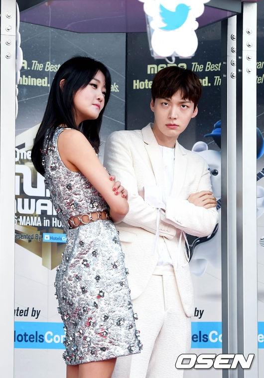 """""""Anh chồng quốc dân"""" Ahn Jae Hyun """"lén vợ"""" đến tham dự lễ trao giải và tạo dáng nhí nhố cùng nữ diễn viên Kang Seung Hyun."""