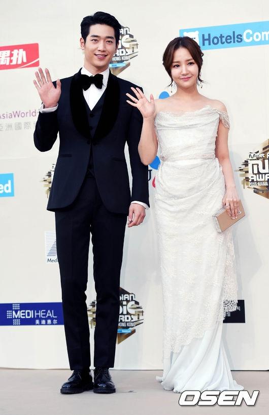 """Seo Kang Joon đảm nhận vai trò """"hộ tống"""" đàn chị trên thảm đỏ"""