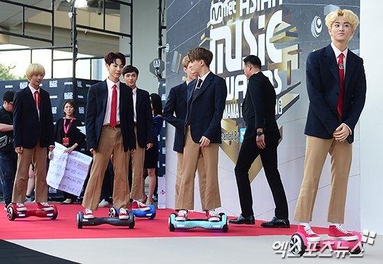 """Tân binh nhà SM, NCT Dream, làm """"náo loạn"""" thảm đỏ với sự xuất hiện ấn tượng trên xe điện"""