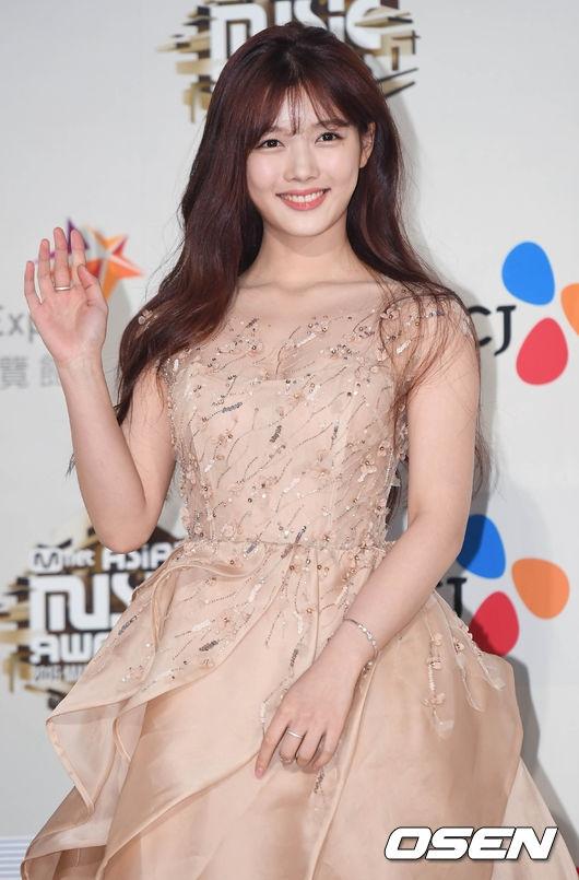 Nhờ thành công vang dội của Mây Họa Ánh Trăng, Kim Yoo Jung là một trong những ngôi sao được mong chờ nhất đêm nay. Với chiếc đầm màu da lộng lẫy, ngôi sao 17 tuổi vừa xuất hiện đã trở thành tâm điểm truyền thông bởi vẻ ngoài xinh xắn, ngày càng ra dáng thiếu nữ.
