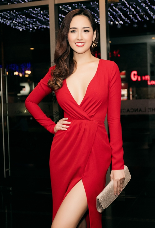 Tuy nhiên, Kỳ Duyên không phải là Hoa hậu Việt Nam chịu hở bạo nhất mà chính là Mai Phương Thúy. Nhìn lại trang phục thảm đỏ của mỹ nhân gốc Hà thành, không khó để thấy những bộ cánh được xẻ, khoét ngực sâu hút.