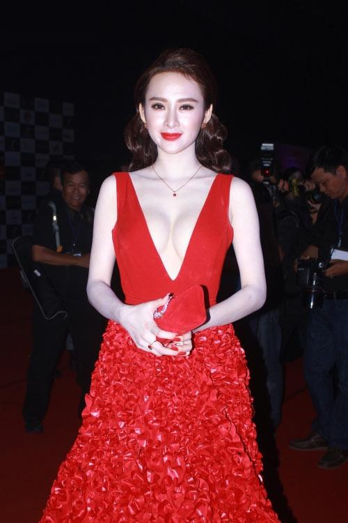 """Vốn nổi danh với gu thời trang gợi cảm, táo bạo, Angela Phương Trinh cũng không nằm ngoài danh sách những mỹ nhân từng """"cân"""" cả thảm đỏ với các thiết kế táo bạo khoe vòng một."""