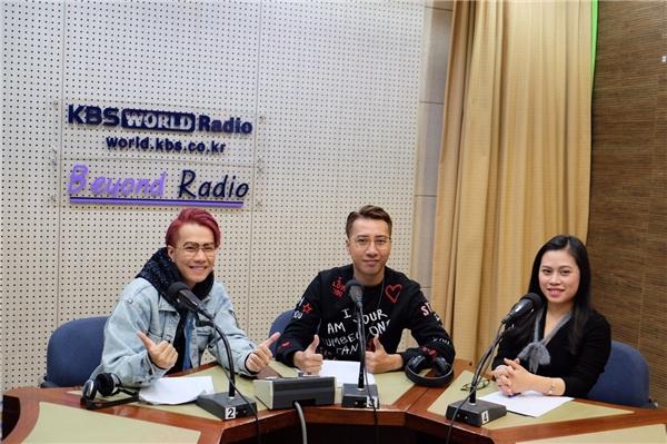 Trong chuyến đi lần này, bộ đôi Only C - Lou Hoàng còn được Đài KBS - đài phát thanh và truyền hình lớn nhất tại Hàn Quốc mời quay hình và thu âm phỏng vấn. - Tin sao Viet - Tin tuc sao Viet - Scandal sao Viet - Tin tuc cua Sao - Tin cua Sao