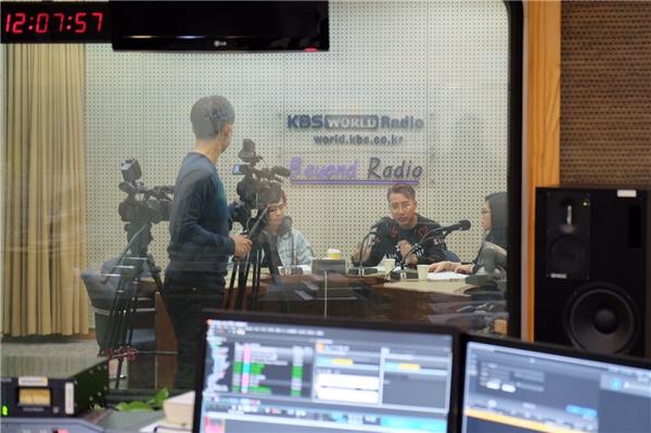 Thầy trò OnlyC và Lou Hoàng tự hào vì được đài KBS mời phỏng vấn - Tin sao Viet - Tin tuc sao Viet - Scandal sao Viet - Tin tuc cua Sao - Tin cua Sao