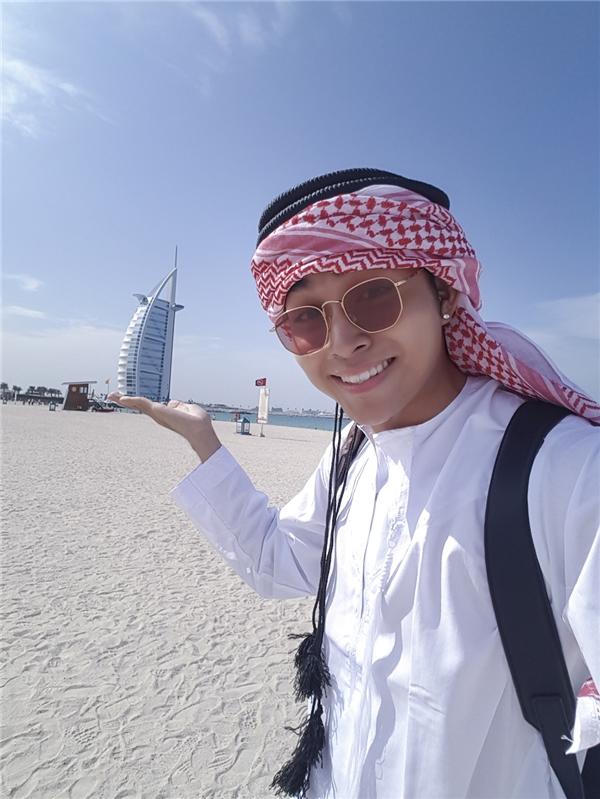 Anh chia sẻ người dân Dubai có tổng cộng 6 cách quấn khăn cơ bản; tuy nhiên, do nhu cầu làm đẹp, phái nữ đã sáng tạo ra nhiều kiểu khác nhau nữa. - Tin sao Viet - Tin tuc sao Viet - Scandal sao Viet - Tin tuc cua Sao - Tin cua Sao