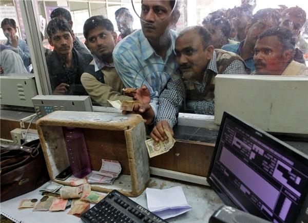 Mọi người phải xếp hàng dài để chờ đổi tiền tại Ấn Độ.
