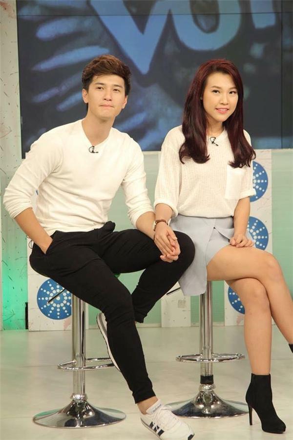 Cặp đôi luôn nắm chặt tay nhau trên sóng truyền hình - Tin sao Viet - Tin tuc sao Viet - Scandal sao Viet - Tin tuc cua Sao - Tin cua Sao