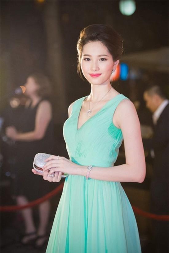 Tham gia một buổi tiệc cách đây khá lâu, do thời tiết nên Đặng Thu Thảo đổ khá nhiều mồ hôi loang ra cả phần nách váy. Góc ảnh chụp nghiêng vô tình khiến Hoa hậu Việt Nam 2012 mất điểm vì sự cố nhỏ.
