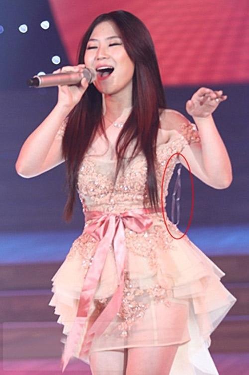Hương Tràm và sợi lldây áo đung đưa nhanh chóng lọt vào tầm ngắm của khán giả khi cô biểu diễn trên sân khấu.
