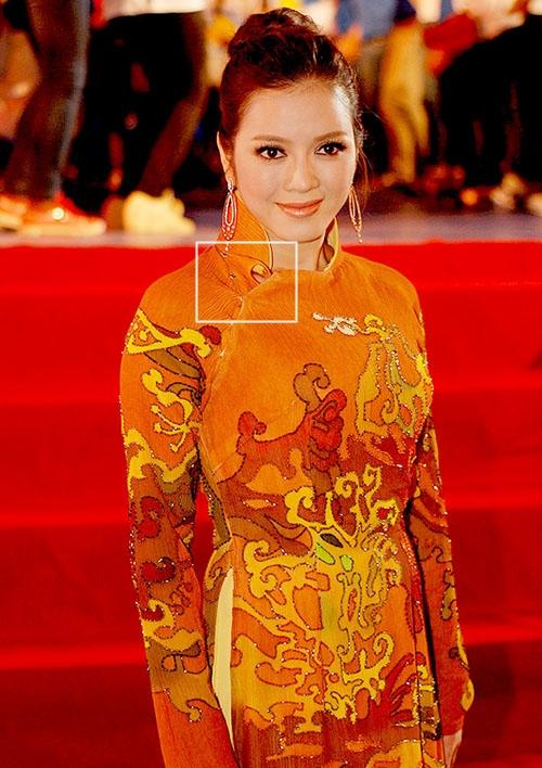 Hàng cúc áo của Lý Nhã Kỳ như được cài vội vàng trước khi cô bước lên thảm đỏ. Sự cố này chắc chắn nữ diễn viên không hề muốn nhớ lại bởi hiện tại Lý Nhã Kỳ được đánh giá là một trong những sao Việt có gu ăn mặc chuẩn nhất.