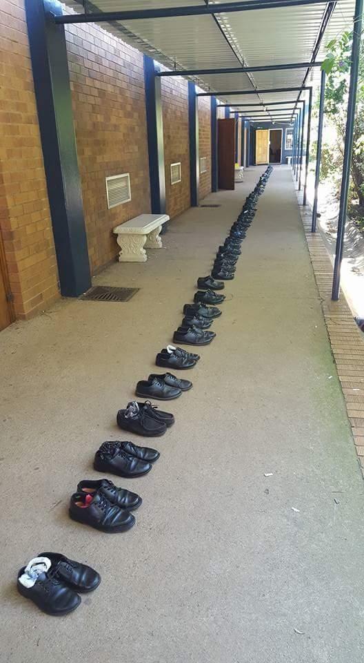 Những đôi giày được xếp ngay ngắn thành một hàng dài.(Ảnh:Randfontein High School 2016 Page)