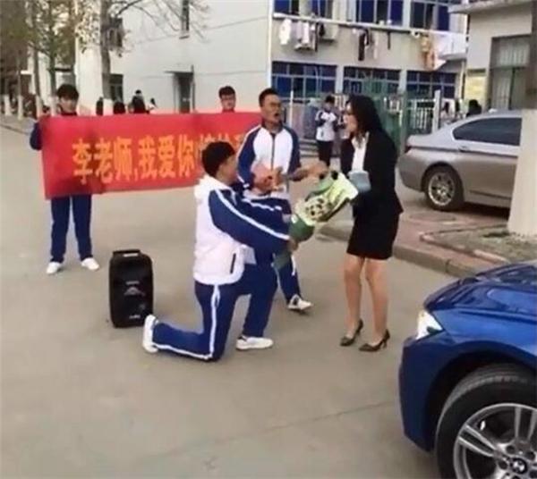 Nam sinh trung học cầu hôn cô giáo giữa đường và cái kết