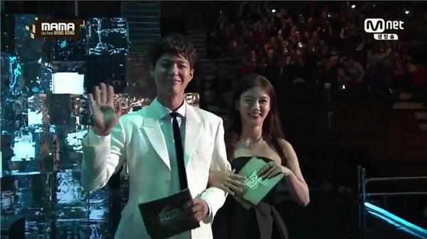 Park Bo Gum và Kim Yoo Jung quá đẹp đôi trên sân khấu MAMA 2016