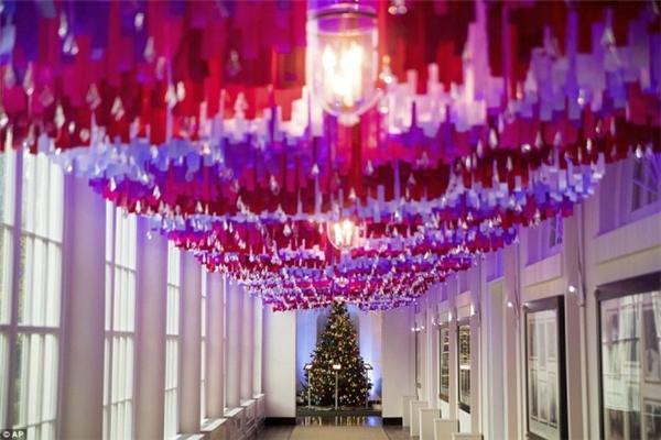 7.500 dải ruy băng rực rỡ được giăng khắp lối hành lang phía Đông Nhà Trắng.