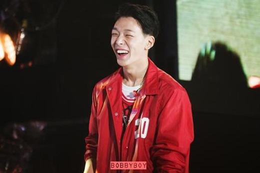 Hạn chế của thành viên iKON là hàm răng hơi vẩu, khiến anh chàng khó có một nụ cười đẹp.