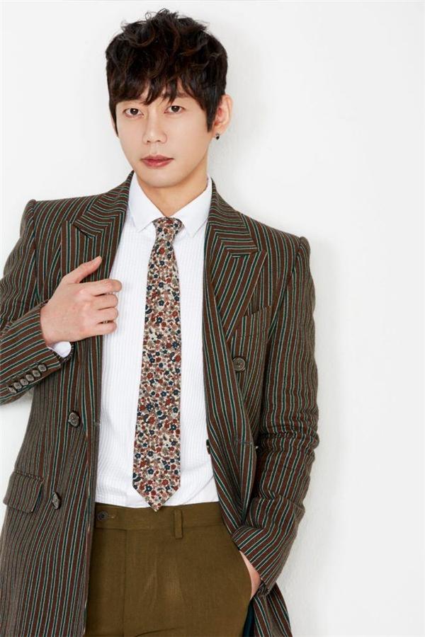Mỗi bữa Tei (Kim Ho Kyung) ăn 4- 5 bát mỳ, tiền ăn một năm của anh lên đến 30,000,000 KRW (600 triệu VND). Có lẽ chính vì vậy mà anh chàng là một trong những ca sĩ có giọng hát cao vang của Kpop.