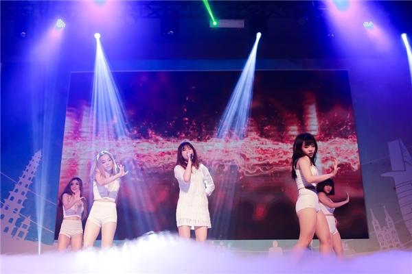Bỏ ngoài tai tin đồn bầu bí, Hari Won nhảy cực sung trên sân khấu - Tin sao Viet - Tin tuc sao Viet - Scandal sao Viet - Tin tuc cua Sao - Tin cua Sao