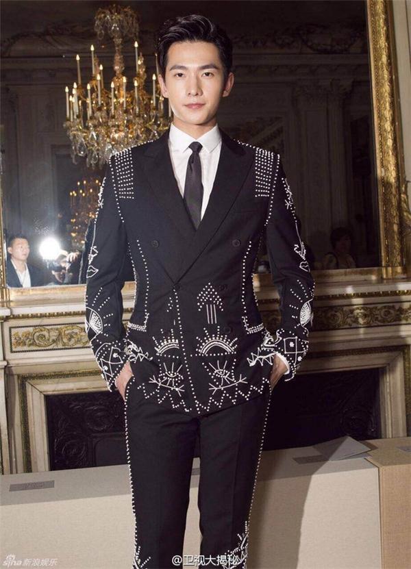 Cách đây hơn nửa năm, ngôi sao Cbiz Dương Dương cũng từng diện bộ trang phục tương tự. Được biết đây là thiết kế của nhà mốt danh tiếng Valentino.