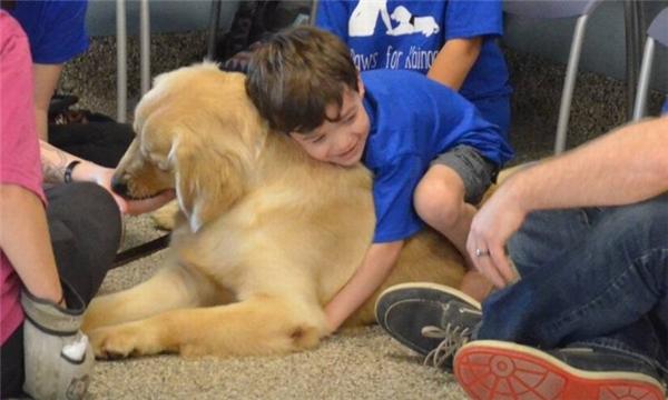 Kai rất mếnTornado, cậu bé vô tưquấn quýt chú chó.