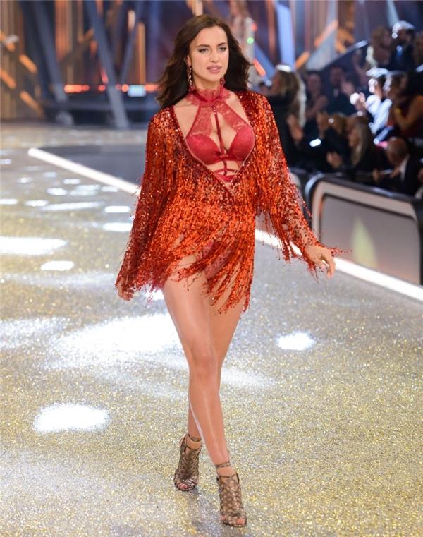 Tối 30/11 vừa qua (theo giờ Paris), khán giả, người hâm mộ trên toàn thế giới đã đắm chìm vào những cung bậc cảm xúc thú vị khi show diễn nội y Victoria's Secret 2016 chính thức diễn ra. Trong số 52 chân dài trình diễn, Irina Shayk khiến khán giả thắc mắc, tò mò khi cô luôn diện những bộ cánh che đi phần bụng. Và theo thông tin khai thác được, nữ người mẫu đã có tin vui đầu lòng.