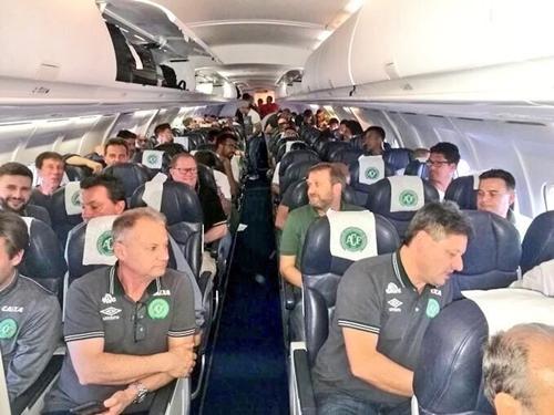 Nguyên nhân máy bay cất cánh trễ giờ dẫn đến việc không thể đổ thêm nhiên liệu là do phi hành đoàn phải tìm máy chơi game cho cầu thủ đội bóng Brazil Chapecoense.