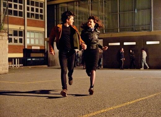 Một cảnh lãng mạn xuất sắc khi cặp đôi nắm tay nhau hướng về phía hoàng hôn.