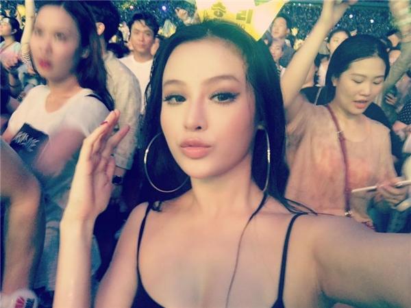 Cô còn được chồng hộ tống tới xem buổi liveshow của nhóm nhạc đình đám BigBang tại Hàn Quốc.(Ảnh: Internet)