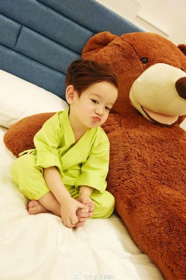 """Đôi mắt to tròn và nụ cười tỏa nắng của Zhou Jiacheng, dự báo đây sẽ là một """"hot boy"""" trong tương lai. (Ảnh: Internet)"""
