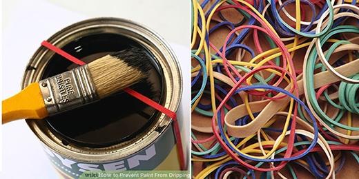 Nếu bạn đang sơn nhà thì hãy dùng ngay 1 sợi thun dày, lớn cột ngang qua thành miệng thùng sơn nhé. Chúng sẽ giúp bạn giảm việc sơn bị rơi rớt ra ngoài thùng và tiết kiệm được rất nhiều sơn đấy.