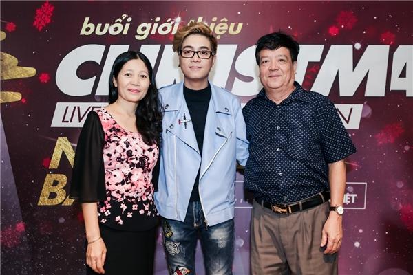 Bố mẹ Bùi Anh Tuấn cũng góp mặt trong buổi họp báo để chúc mừng con trai. - Tin sao Viet - Tin tuc sao Viet - Scandal sao Viet - Tin tuc cua Sao - Tin cua Sao