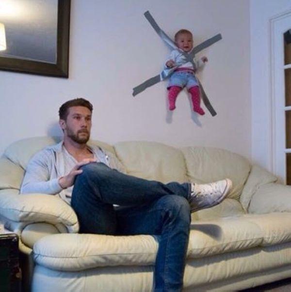 """Ông bố """"liều lĩnh nhất năm"""" thì mang con dán lên tường như thế kia. Liệu các mẹ về có...bỏ đói ông bố này vài ngày không?(Ảnh: Internet)"""