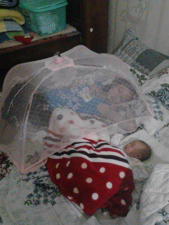 Con ngủ thì mẹ cũng ngủ. Mà bố thì phải trông cả hai mẹ con thế này à?(Ảnh: Internet)