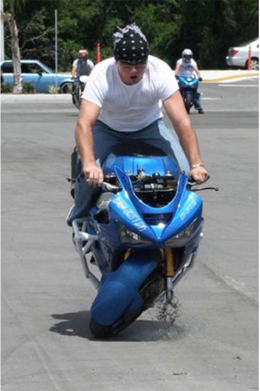"""Xe phân khối lớn và tài xế nặng đô thì bánh xe cũng cần phải """"to càng"""" một chút."""
