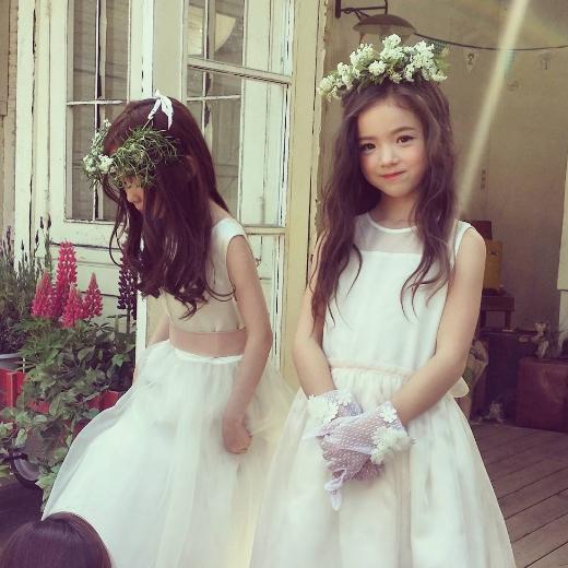 Nữ tính trong bộ trang phục phù dâu, cô mẫu 8 tuổi chinh phục mọi ánh nhìn.