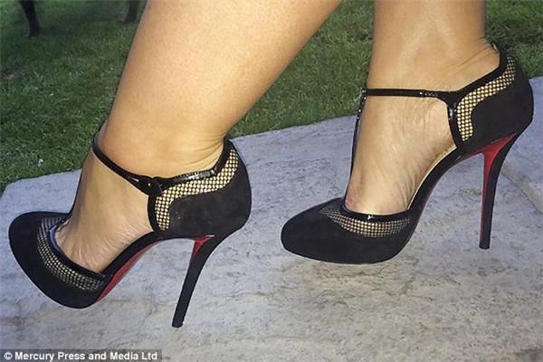 Đôi giày hàng hiệu mới được Emma diện vẻn vẹn... 2 tiếng đồng hồ trong dịp sinh nhật.