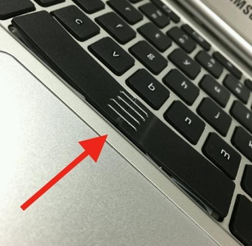 Spacebar dùng để gõ khoảng cách giữa các từ, nhưng để spacebar có khoảng cách thì không hay đâu! Thôi thì dùng kim bấm lại vậy...