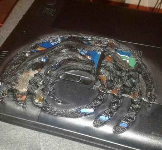 Cả cái đít nồi in hằn dấu vết lên laptop của tôi thế này!