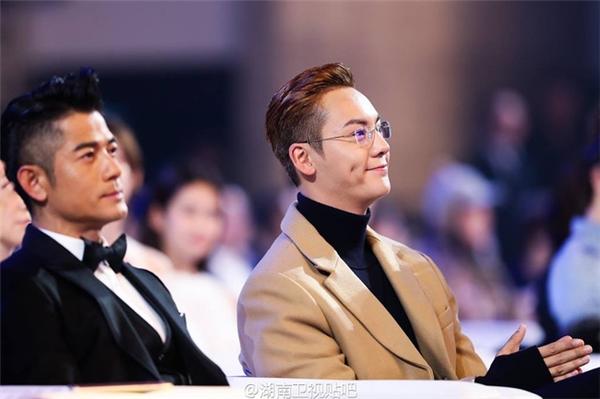 Trần Vỹ Đình thu hút ánh mắt fan hâm mộ dưới hàng ghế khán giả.