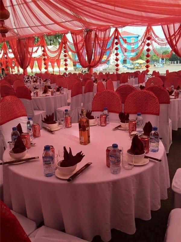 Những chiếc bàn cưới được bày biện cẩn thận và chu đáo.(Ảnh: Chụp màn hình)