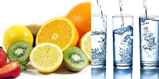 Nước và trái cây nhiều Vitamin C - Vũ khí bí mật cho làn môi hồng tự nhiên.
