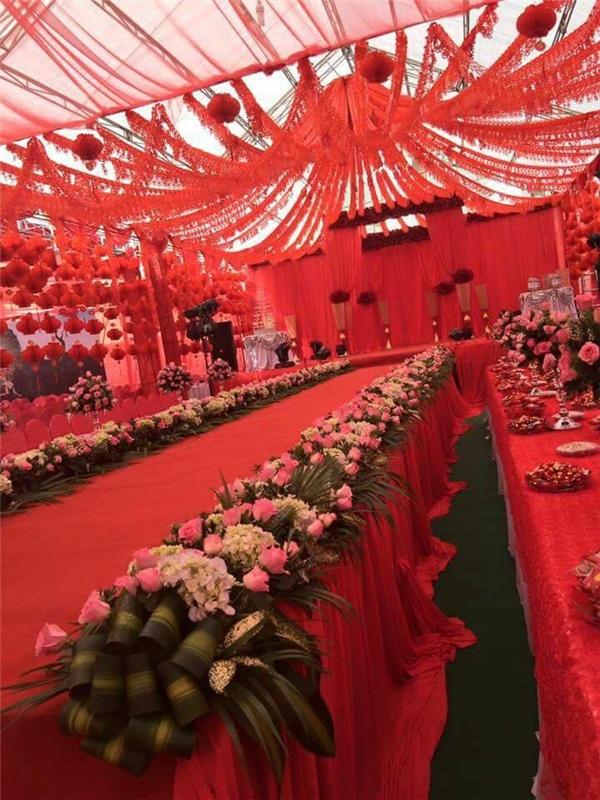 Có thể nói đây là một trong những rạp cưới hoàng tráng mà dân mạng được chứng kiến cho tới thời điểm này.(Ảnh: Chụp màn hình)