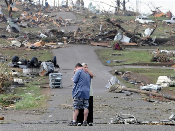 #6Một người mẹ đang dỗ dành con trai sau khi ngôi nhà của họ bị phá hủy hoàn toàn do cơn lốc xoáy quét qua vùng Concord, Alabama.