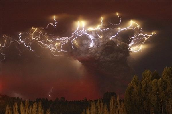 #7Trận núi lửa phun trào Puyehue ở Chile đã gây hủy không lưu trên khắp Nam Mĩ, New Zealand, Úc và buộc hơn 3.000 người phải sơ tán.