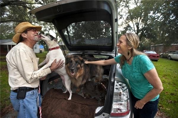 #8 Ông Fred Hollier trong giây phút đoàn tụ với chú chó T-Chen. Trước đó, ông ngỡ rằng người bạn bốn chân của mình đã vĩnh viễn mất tích trong cơn bão Isaac ởLouisiana.