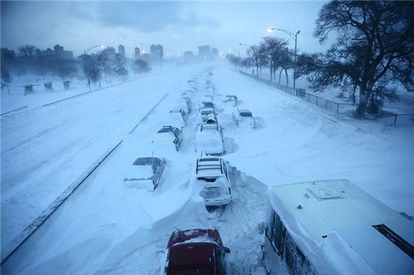 #11Những chiếc ô tô bị bỏ lại trong trận bão tuyết kinh hoàng ở Lake Shore Drive, Chicago hồi tháng 2 vừa qua.