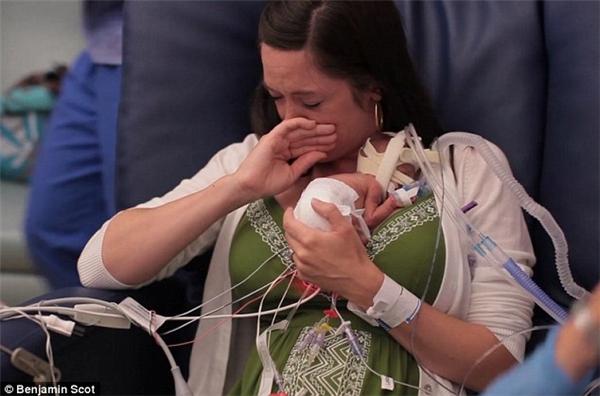#16Khoảnh khắc người mẹ Lyndsey Miller xúc động trào dâng khi lần đầu ôm đứa con sinh non của mình sau 107 ngày xa cách để nhận chế độ chăm sóc đặc biệt tại Bệnh viện Nhi quốc gia ở Columbus, Ohio. Ngày nay, cậu bé hoàn toàn khỏe mạnh và phát triển như bao đứa trẻ khác.