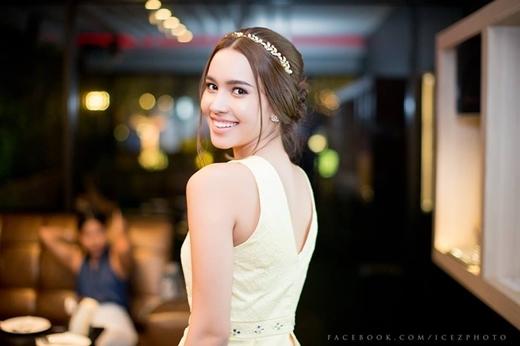 Sự nữ tính của Lita trong trang phục váy cưới.